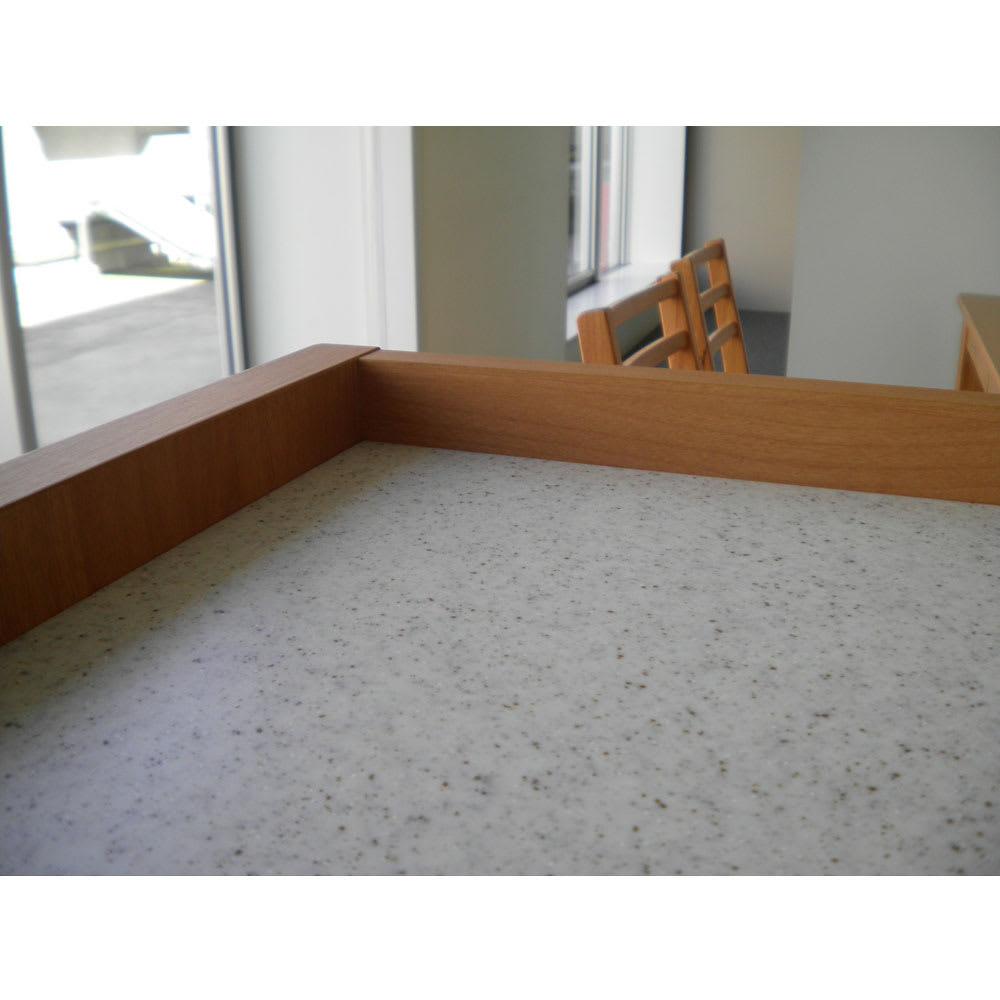 アルダー天然木人工大理石トップ 間仕切り家電収納キッチンカウンター 幅120cm 天板には3cmの立ち上がりがあるので物の落下を防止します。