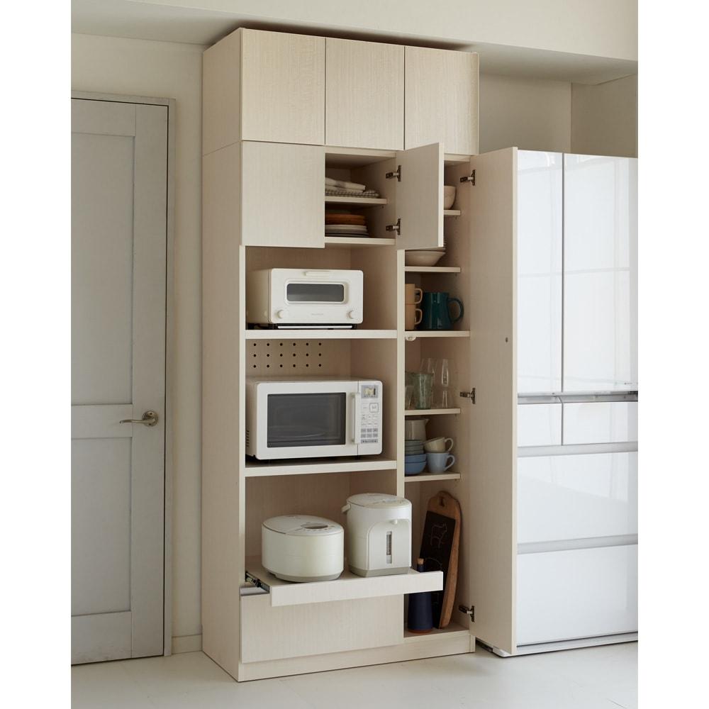 食器もストックもたっぷり収納!天井ぴったりキッチンシリーズ 食器棚 幅60cm奥行50cm 色見本(ア)ホワイトシカモア(木目調) ※写真はマルチボード幅90cm+上置き幅90cmです。