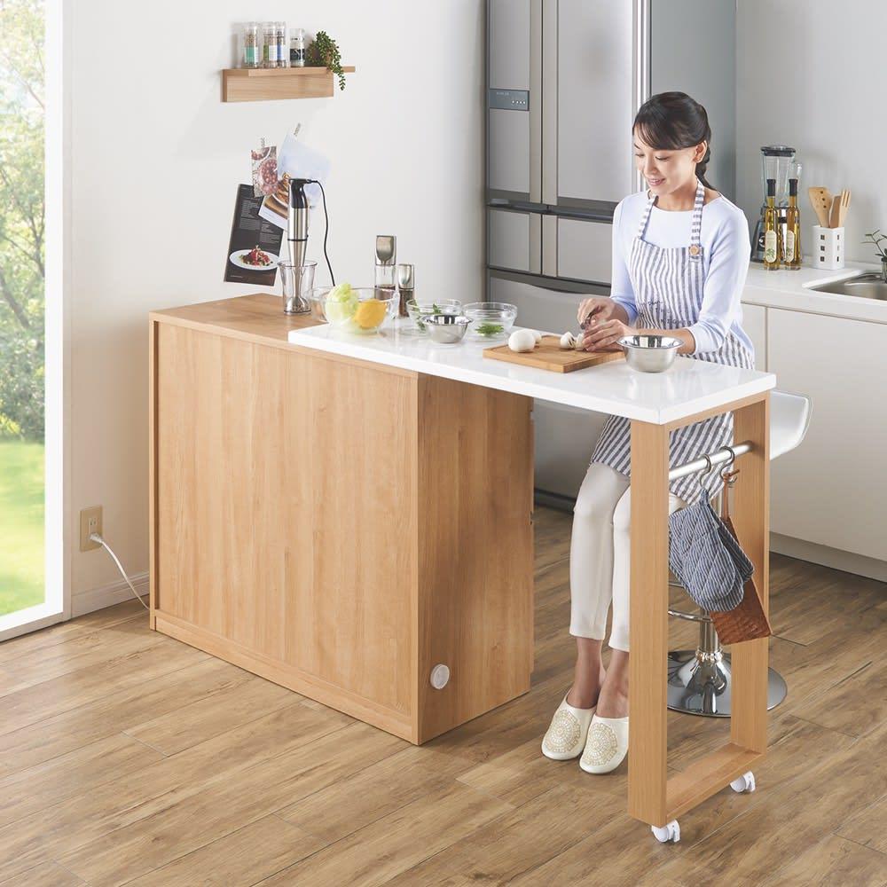 天然木伸長式キッチンカウンター 幅109.5~184cm 背面は化粧仕上げ。両側板のコード穴から配線できてさらにスッキリ。