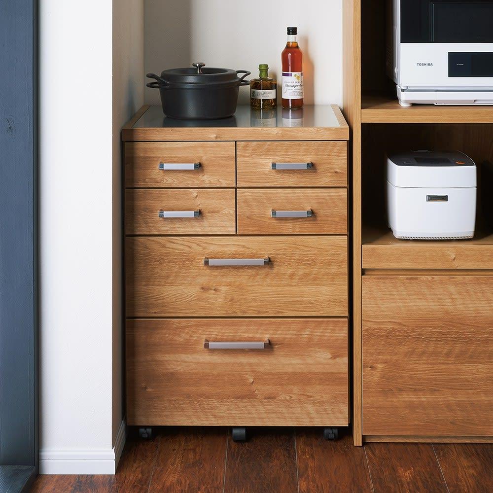 【分類して効率収納】引き出しいっぱいステンレストップカウンター 幅60cm 使用イメージ(ウ)ブラウン 狭い空間も有効活用。