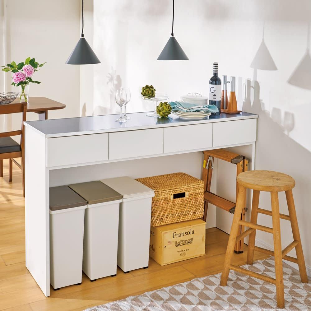 ステンレストップ間仕切りカウンター 幅119cm ゴミ箱や買い置き類、脚立などかさばるものは足元に収納できます。(ア)ホワイト ※写真は幅139cmタイプです。