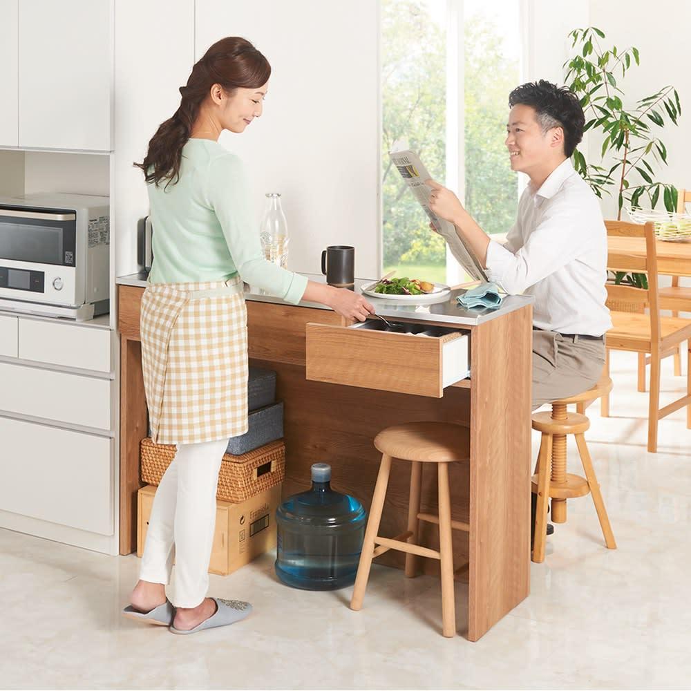 ステンレストップ間仕切りカウンター 幅119cm 床から天板までの高さは85cm。作業台としても、スツールを置けば軽食の取れるキッチンカウンターにもなります。(イ)ブラウン