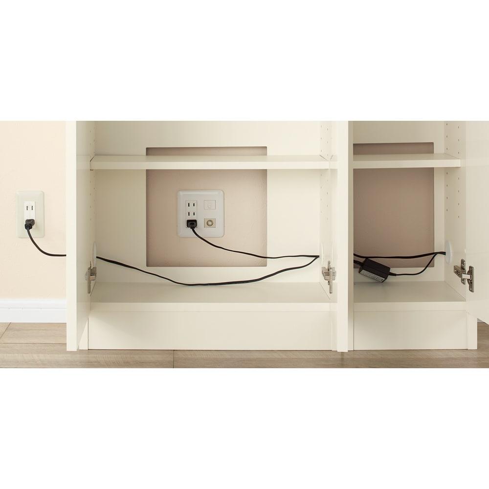 配線すっきりカウンター下収納庫 5枚扉 《幅150cm・奥行25cm・高さ77~103cm/高さ1cm単位オーダー》 電源を確保するための背板の穴と、LANや電話線のコードを通すことができる左右の穴が、ユニット内部での配線を可能に。