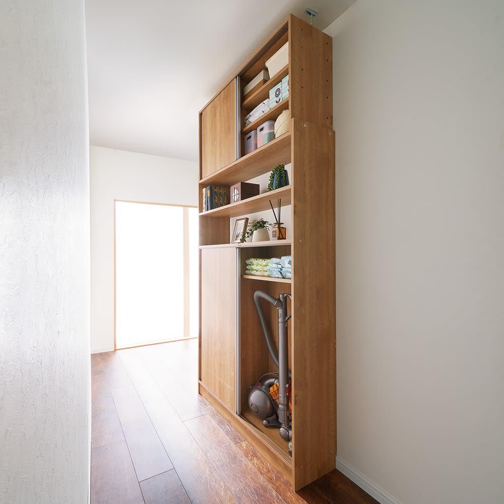 狭いキッチンでも置ける!薄型引き戸パントリー収納庫 奥行30cmタイプ 幅90cm (イ)ブラウン 狭い廊下にも 棚板を外せば掃除機も収納できます。薄型だから廊下を家庭用品のストレージスペースとして有効活用できます。引き戸式なので開閉に場所を取らず、狭い廊下での出し入れもラク。 ※写真は幅120cmタイプ