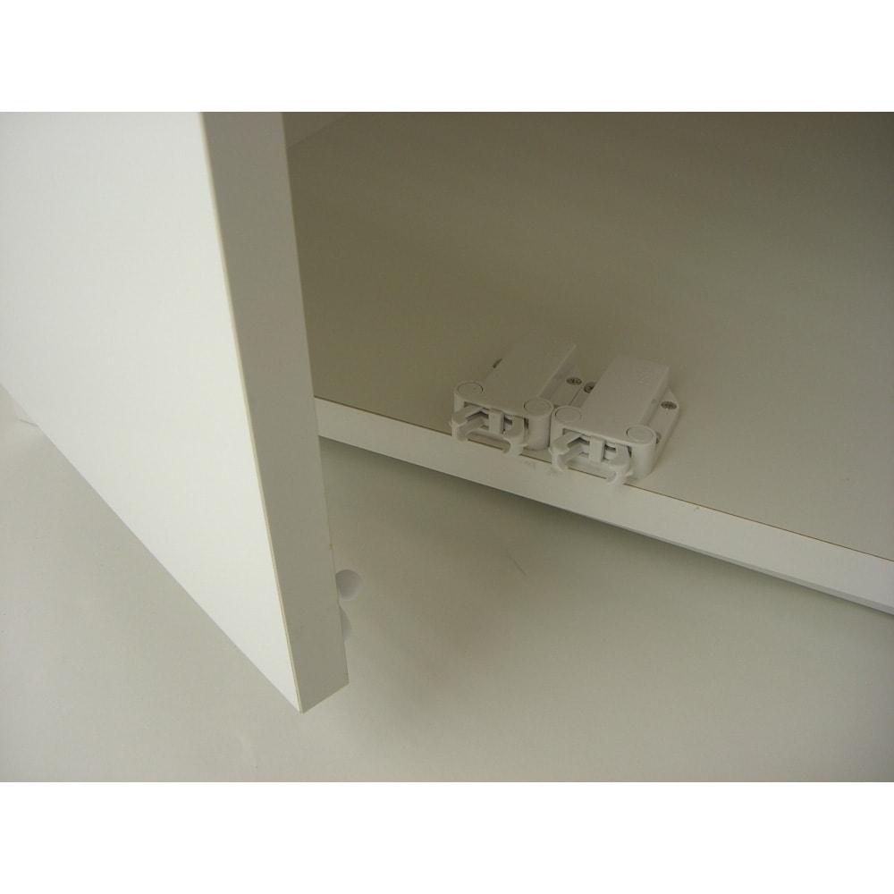 光沢仕上げ冷蔵庫上置き 奥行55高さ45.5cm 扉部には振動で開きにくいプッシュ式の耐震ラッチを使用。