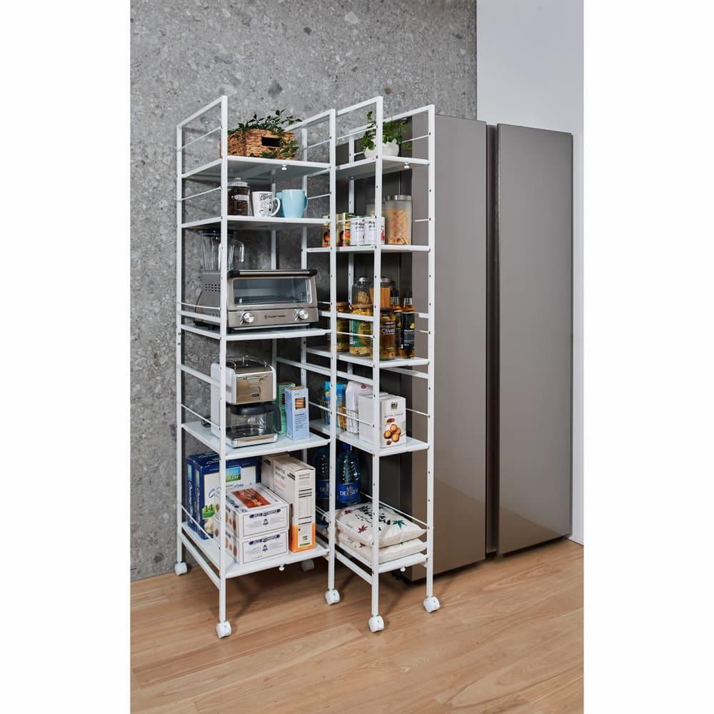 キッチンのすき間にピッタリ 幅伸縮すき間ラック 奥行49.5cm コーディネート例 設置場所に合わせて幅を伸縮させて使えます。 ※写真左からワイドタイプ奥行59.5cm、スリムタイプ奥行59.5cm。