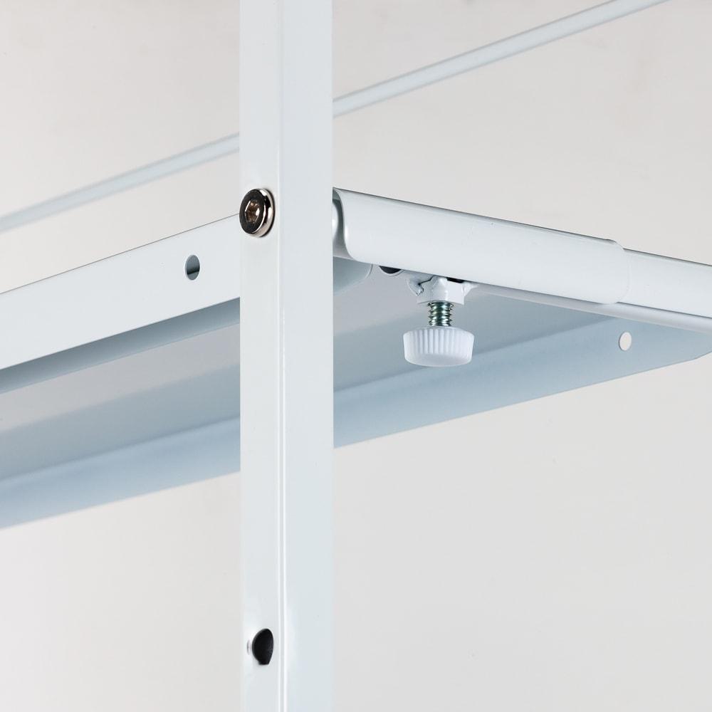 キッチンのすき間にピッタリ 幅伸縮すき間ラック 奥行59.5cm 幅の伸縮は棚の裏にあるネジの調整だけで簡単にできます。