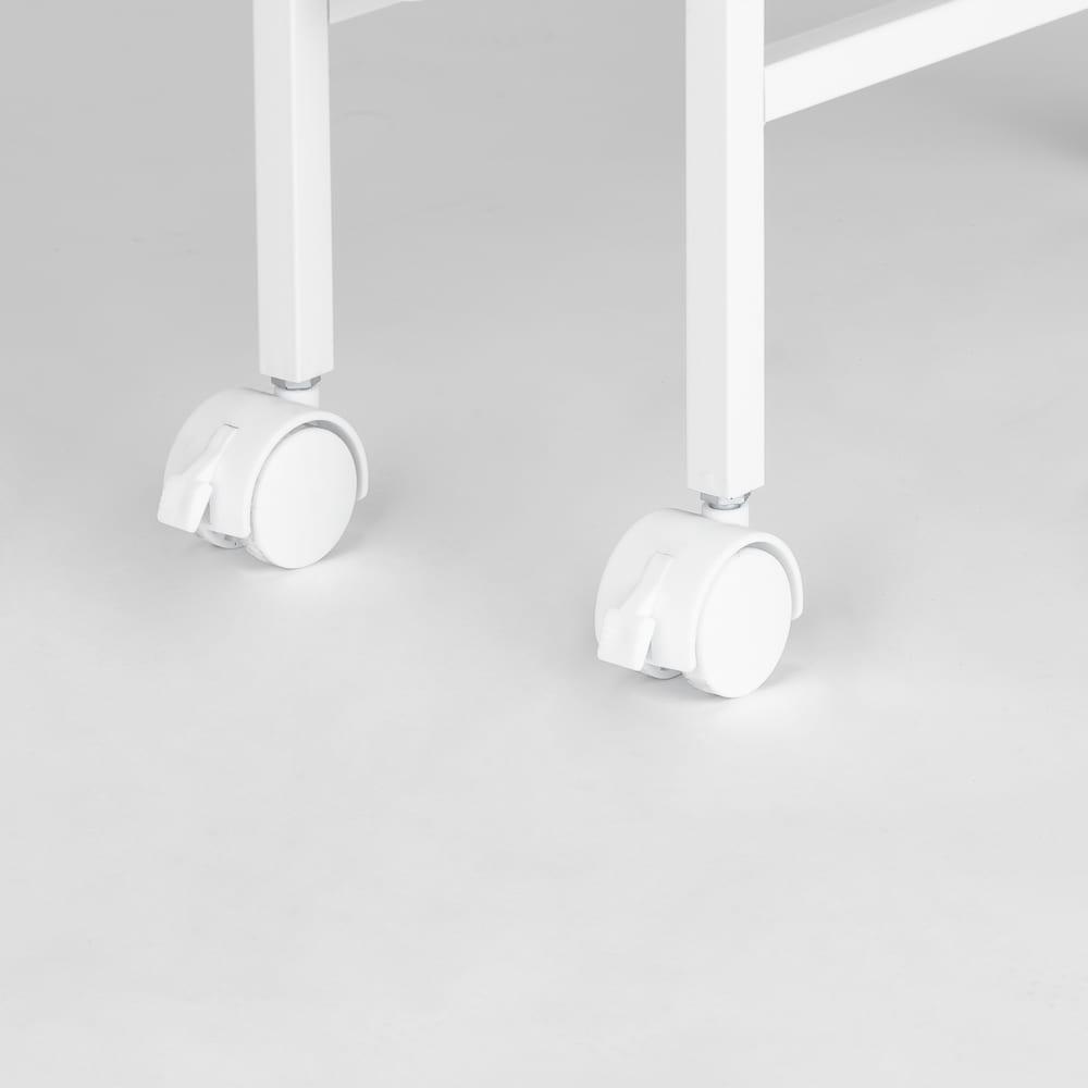 キッチンのすき間にピッタリ 幅伸縮すき間ラック 奥行59.5cm キャスター付きなのでお掃除のときなどラクに動かせます。ストッパー付きで普段は固定できます。