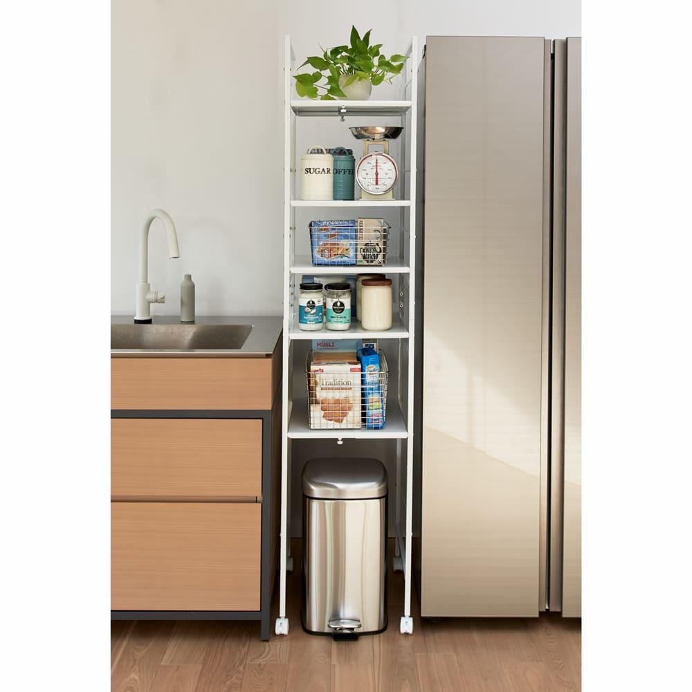 キッチンのすき間にピッタリ 幅伸縮すき間ラック 奥行59.5cm 使用イメージ シンクと冷蔵庫のすき間にピッタリ!棚板の位置が自由に設定できるので、下段にゴミ箱や飲料ケースが置けます。 ※写真はワイドタイプ奥行49.5cmです。