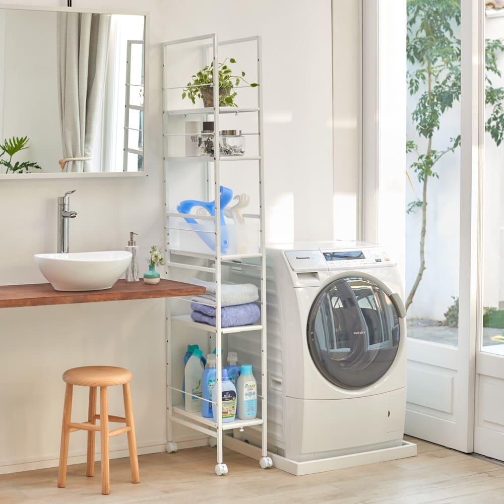 キッチンのすき間にピッタリ 幅伸縮すき間ラック 奥行59.5cm 使用イメージ 洗面台と洗濯機の間のすき間に、サニタリーでも活躍。 ※写真はスリムタイプ奥行49.5cmです。