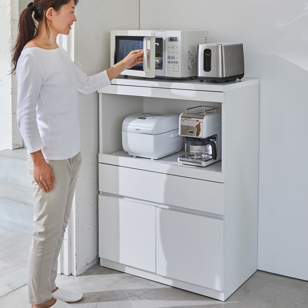 必要なものだけコンパクトに置ける ミニマリストのためのミニマルレンジ台 深引き出しタイプ 幅44cm 使用イメージ 女性が作業しやすい高さです。 ※写真は扉タイプ 幅80cmです。