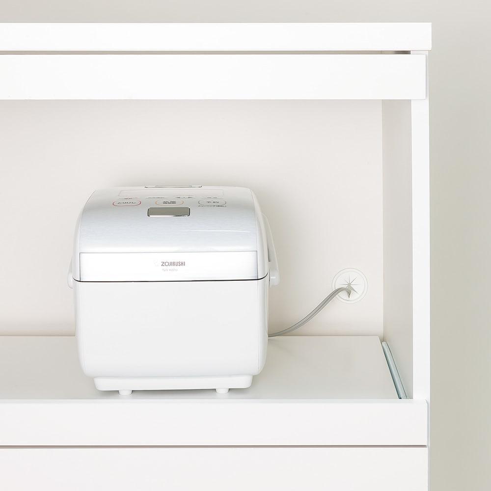 必要なものだけコンパクトに置ける ミニマリストのためのミニマルレンジ台 扉タイプ 幅59cm 引き出して使えるスライド棚には蒸気が出る炊飯器などの家電も安心して置けます。奥にはコード穴付き。