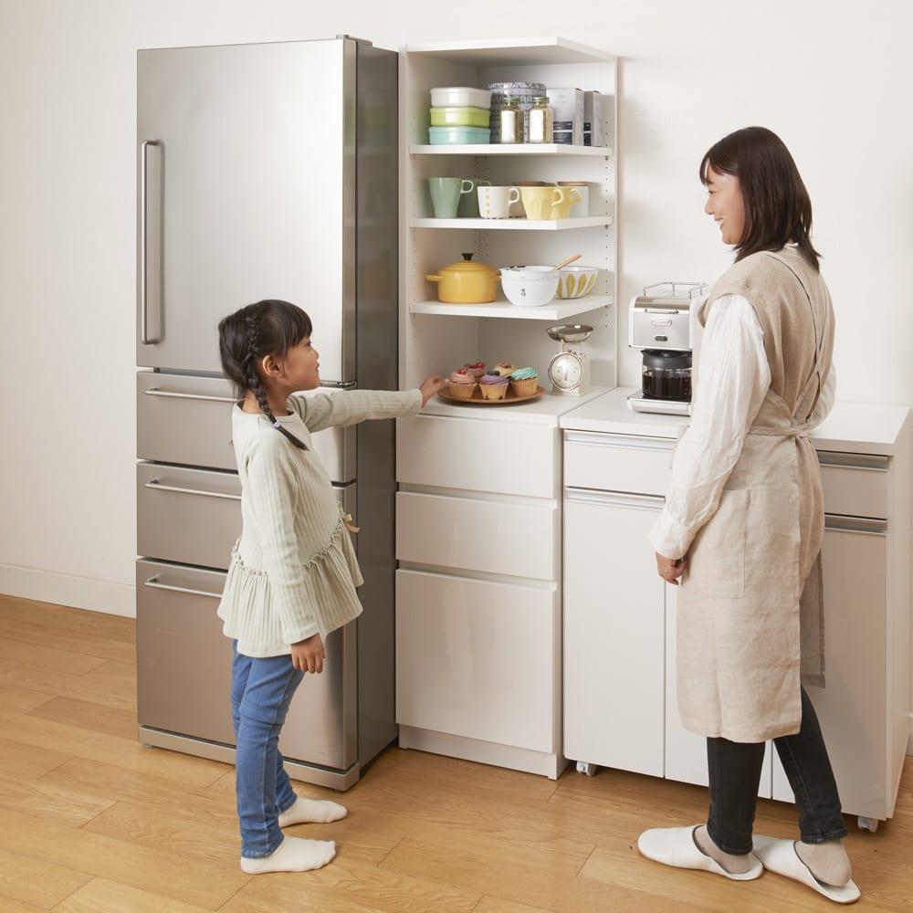 幅が1cm単位でオーダーできる2面オープンすき間収納庫 奥行55cm 幅15~19cm 使用イメージ・色見本(ア)ホワイト キッチンのわずかなすき間にフィットする幅オーダー収納庫。2面オープンだから、狭いキッチンで、家族が別方向から使うときにも邪魔になりません。 ※写真は幅42cm奥行45cm・右オープンです。