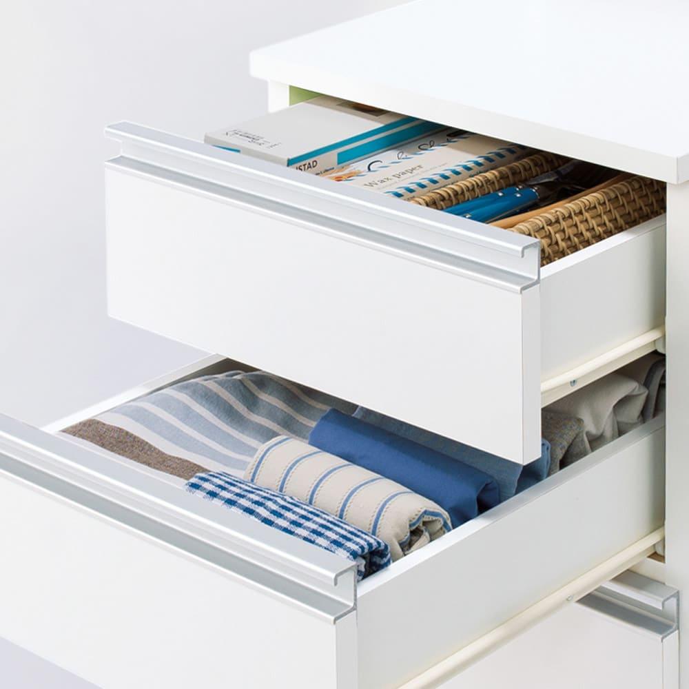 分別ごみ箱付きすき間収納庫 3分別 ハイタイプ 中段のレール付き引き出しは、食材ストックや調理小物の収納など多彩に使えます。