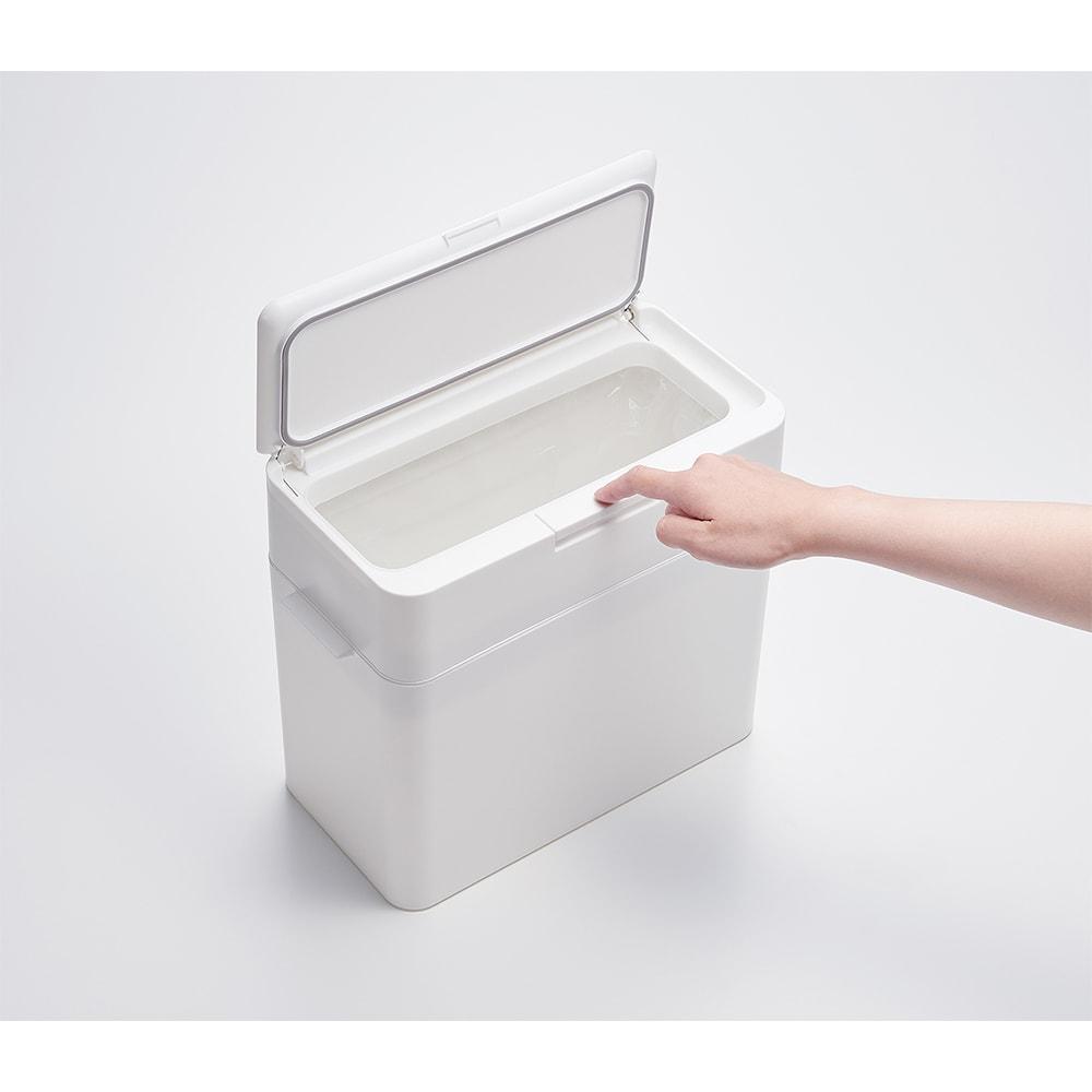 Seals(シールズ) ダストボックス 9.5リットル フタ正面に設置されたスイッチを一押しするだけで簡単に開く事ができます。幅の広いスイッチは押しやすく、片手でも開閉が可能なため、忙しい調理中にも使いやすくなっています。