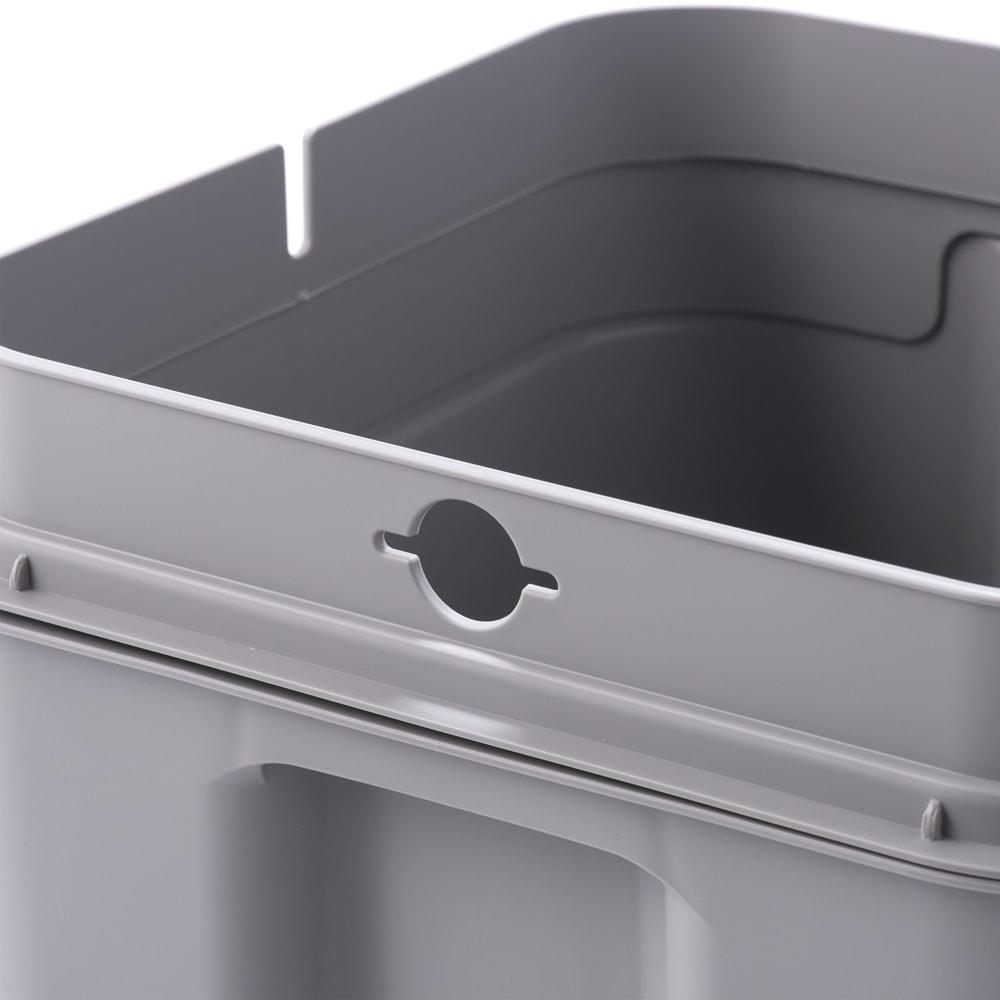 Seals(シールズ) ダストボックス 25リットル 袋止めクリップホール構造。袋止めの両側面に開いたクリップホールへゴミ袋の端を入れ込むだけで、簡単に取り付ける事ができます。フタをした際、袋の余りが外へはみ出さない様セットすることが可能です。