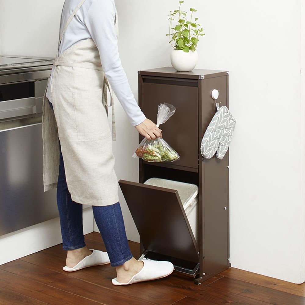 ペダル式薄型分別ダストボックス 4分別 幅63.5cm 使用イメージ(イ)ブラウン ペダルから足を離すと扉が閉まります。 ※写真は2分別タイプです。