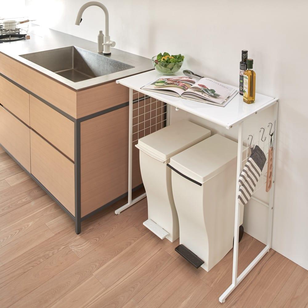 幅が伸縮するキッチン作業台ラック 奥行30cm 幅30cm~50cm 使用イメージ シンクと並べて作業台に。サイドネットには付属のS字フックを使って、ミトンなどの小物が掛けられます。 ※写真はワイドタイプ奥行45cmです。お届けはラックのみです。
