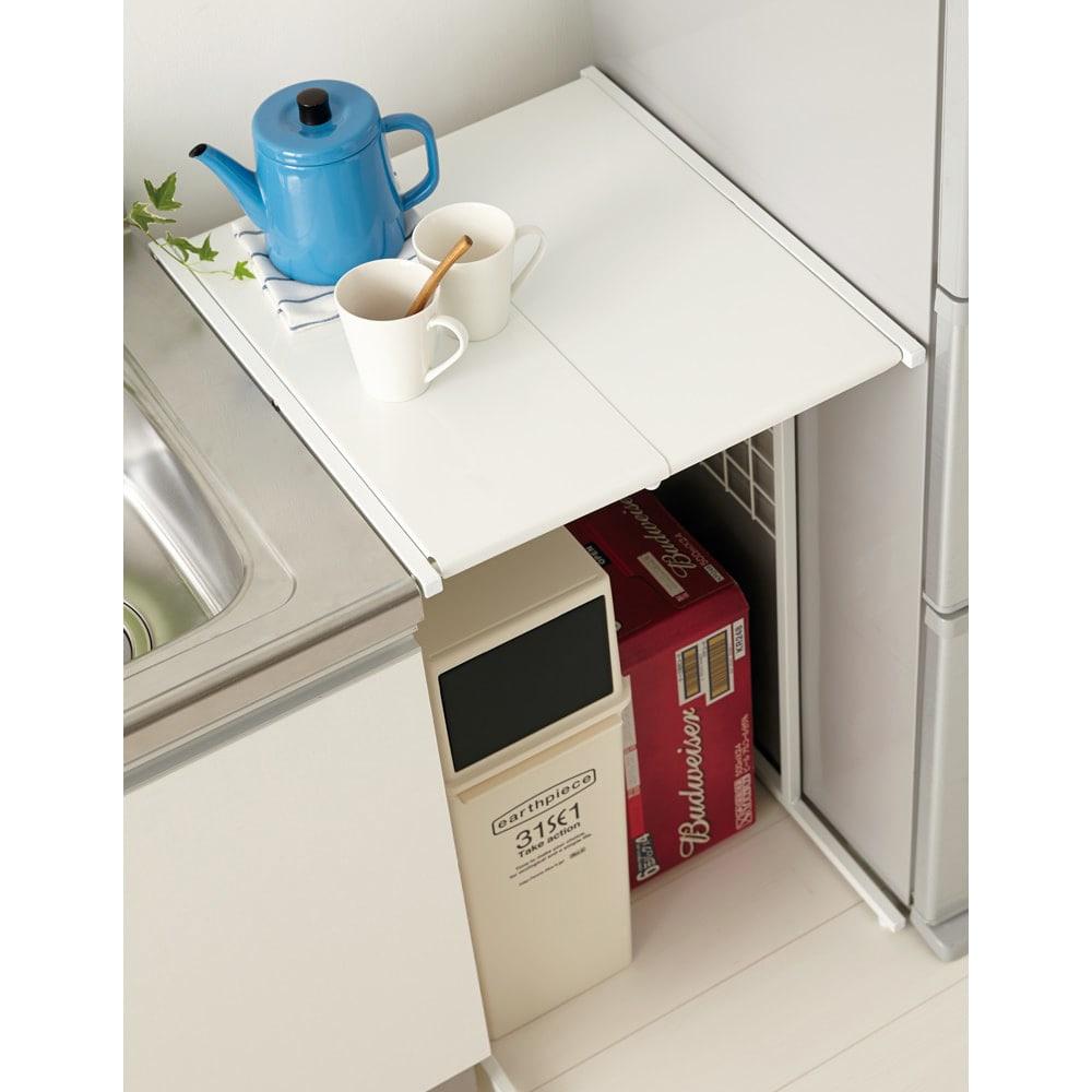 幅が伸縮するキッチン作業台ラック 奥行45cm 幅30cm~50cm 使用イメージ 幅が無段階に変えられ、空きスペースを幅ぴったりの作業台にプチリフォーム。 ※写真は奥行55cmタイプです。お届けはラックのみです。