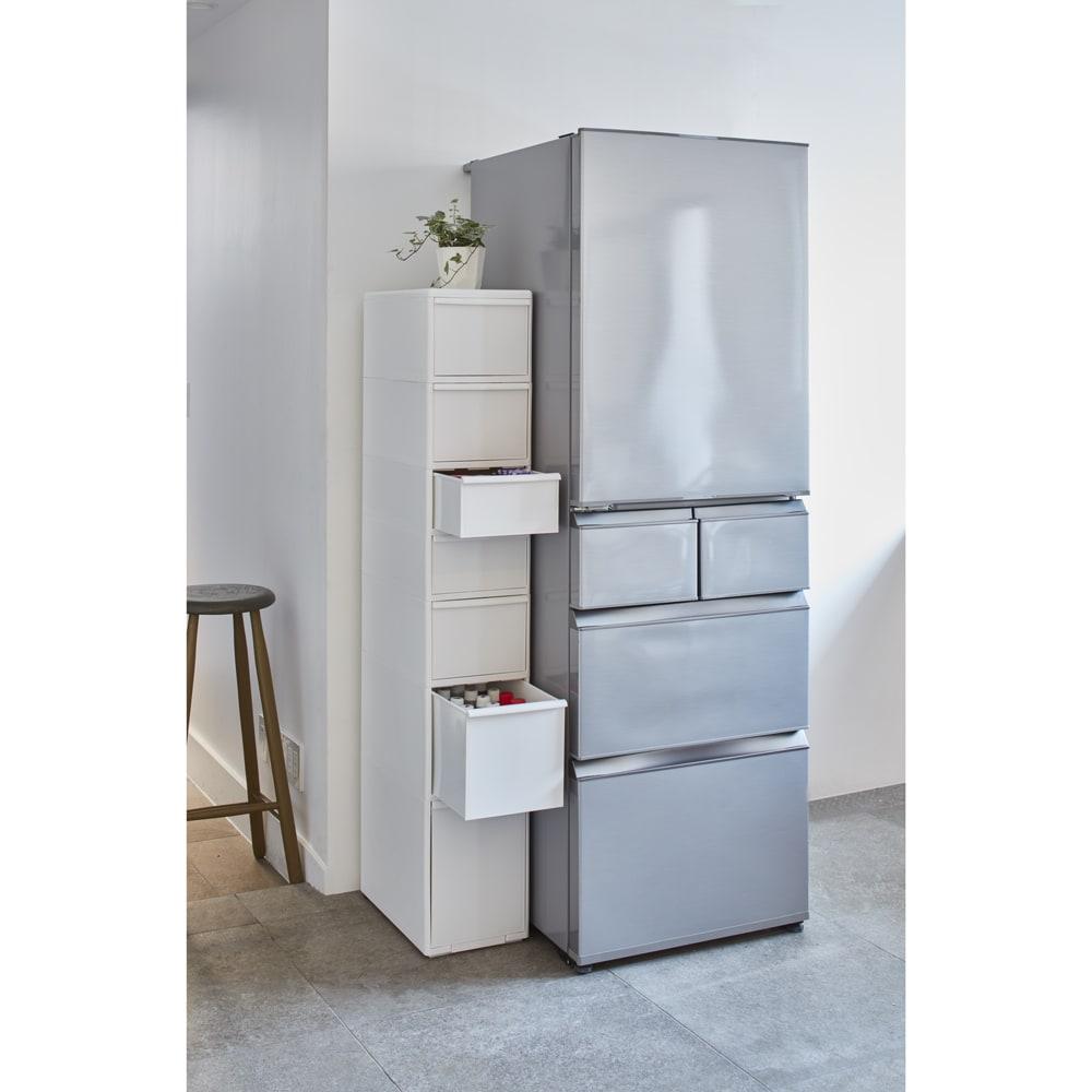 引き出しいっぱいスリムキッチンストッカー 5段・幅17cm 使用イメージ 冷蔵庫横にもスマートに置けます。 ※写真は7段・幅25.5cmタイプです。