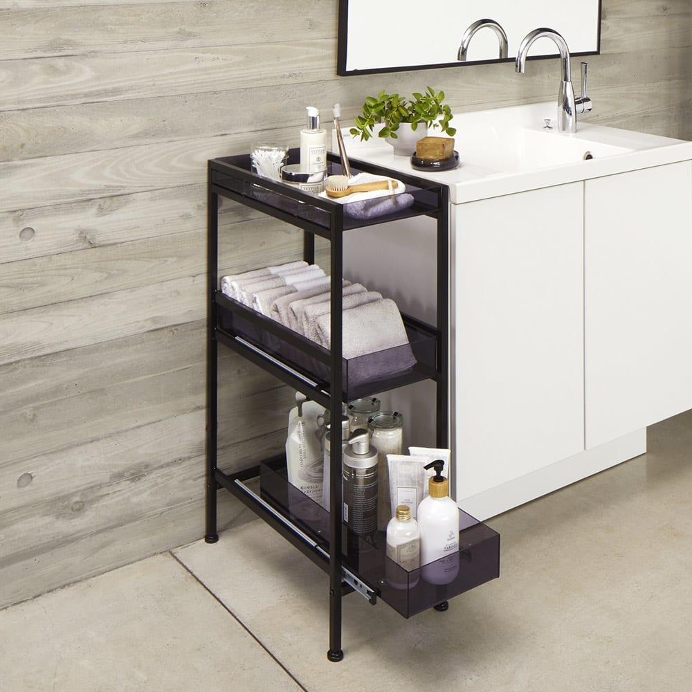 モダンランドリーサイドラック 幅12.5cm 使用イメージ(ア)ブラック 洗面台がすっきり片付き、ホテルライクな印象に。 ※写真は幅27.5cmタイプです。