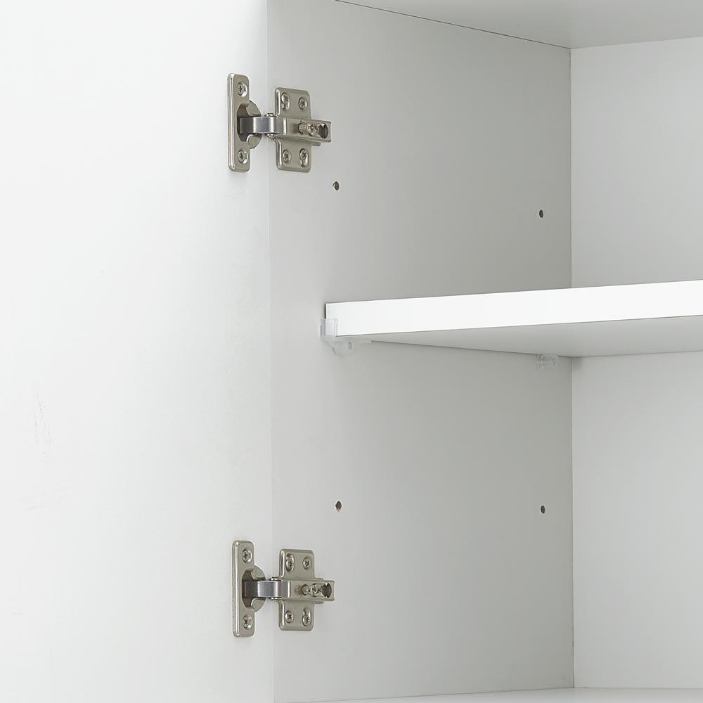 コンセント付き大理石調中天板のサニタリー収納庫 幅80cm 可動棚は9cm間隔3段階で高さ調整可能です。