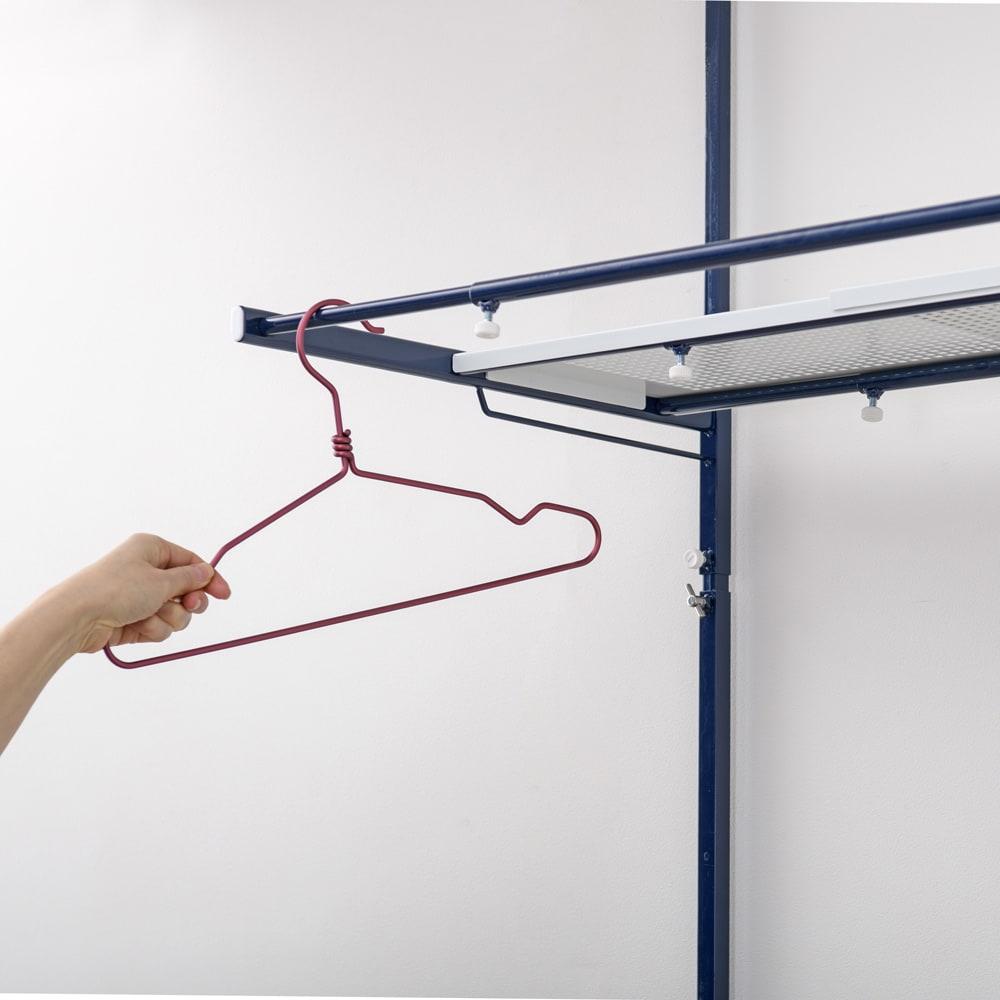 天井の梁や段差が避けられるノルディックランドリーラック 棚2段 上段のバーはハンガーの収納や洗濯物の一時掛けに便利。