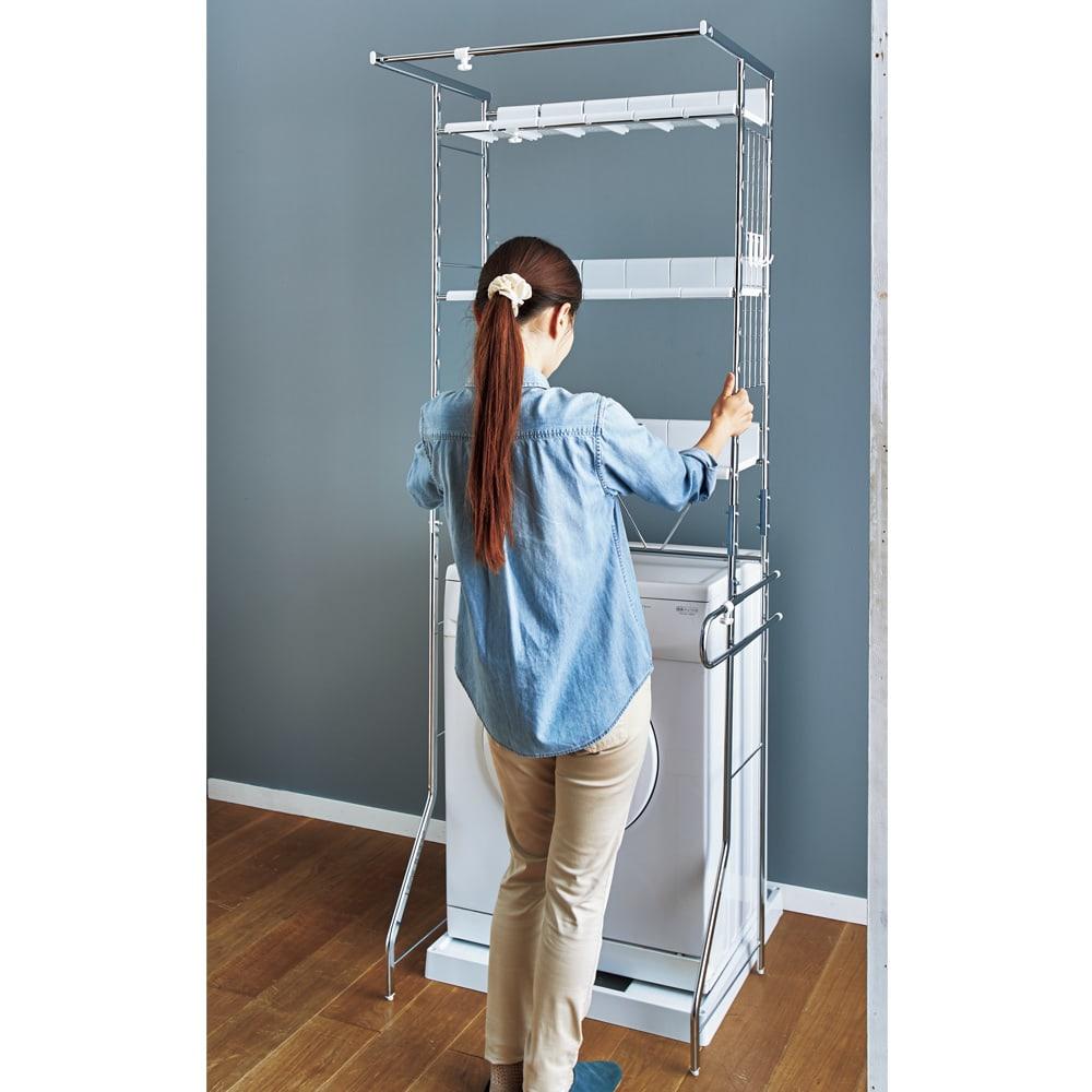 驚きのパイプ幅1.2cm すき間に収まるランドリーラック 棚3段 背面の補強バーを洗濯機より上に取り付ければ、洗濯機を置いたままラックが設置できます。女性でも簡単です。(設置するスペースを予めご確認ください)