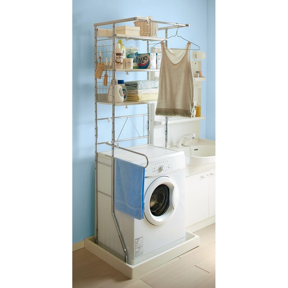 驚きのパイプ幅1.2cm すき間に収まるランドリーラック 棚3段 幅1.2cmのスリムパイプなのでフレームを防水パンの中に設置できます。洗面台と洗濯機のわずか隙間に置けるので洗濯機上に収納が増やせます。