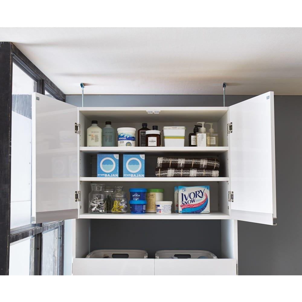 脱衣カゴが隠せるランドリーラック 幅70cm 丈夫扉の中は可動棚2枚付き。3cm間隔・11段階で収納物の高さに合わせて調整できます。