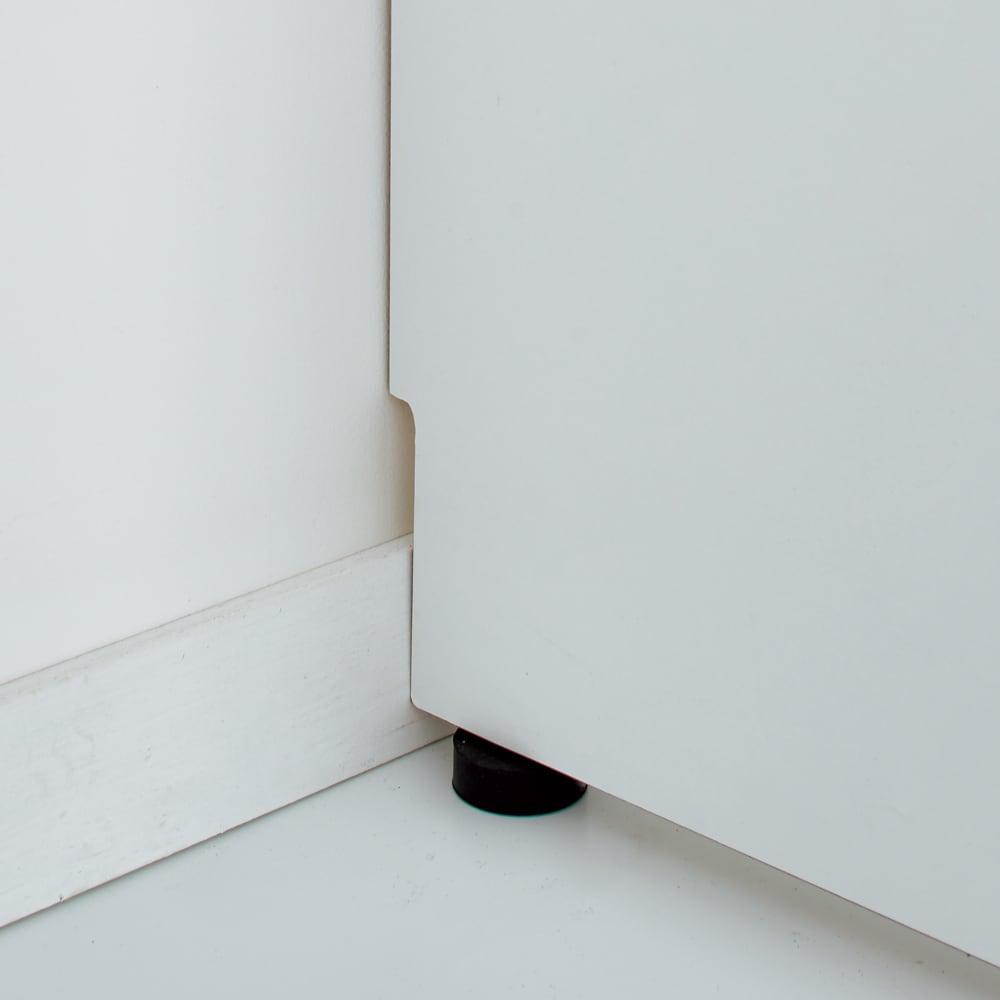 脱衣カゴが隠せるランドリーラック 幅80cm 幅木よけカットを施し、壁面にぴったり設置できます。アジャスター付き。