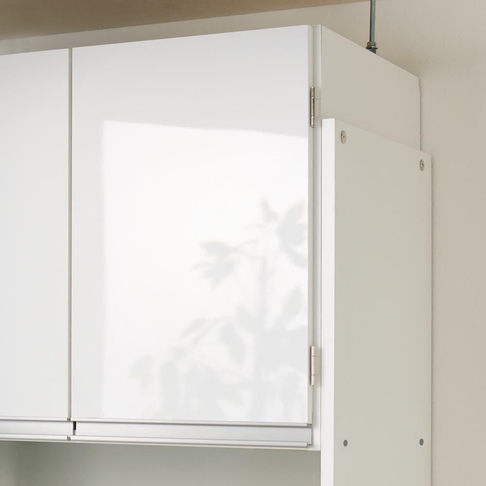 脱衣カゴが隠せるランドリーラック 幅80cm 天井にあわせて上部収納の高さが調節できます。