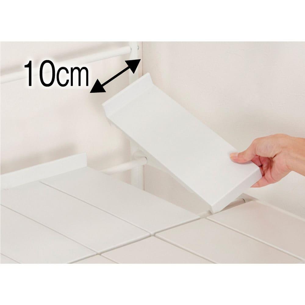 32cmまでの段差対応 奥行たっぷりランドリーラック 棚2段 棚板は本体の幅に合わせて枚数を変える分割式。樹脂製なのでお手入れも簡単。背面にこぼれ止め付きです。