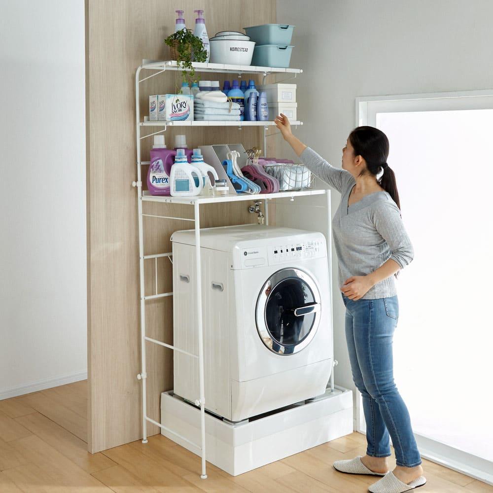 32cmまでの段差対応 奥行たっぷりランドリーラック 棚3段 段差をまたいでも無段階で高さ調整ができるので女性でも手が届きやすい洗濯機上ラックが実現します。※写真は棚3段タイプです。