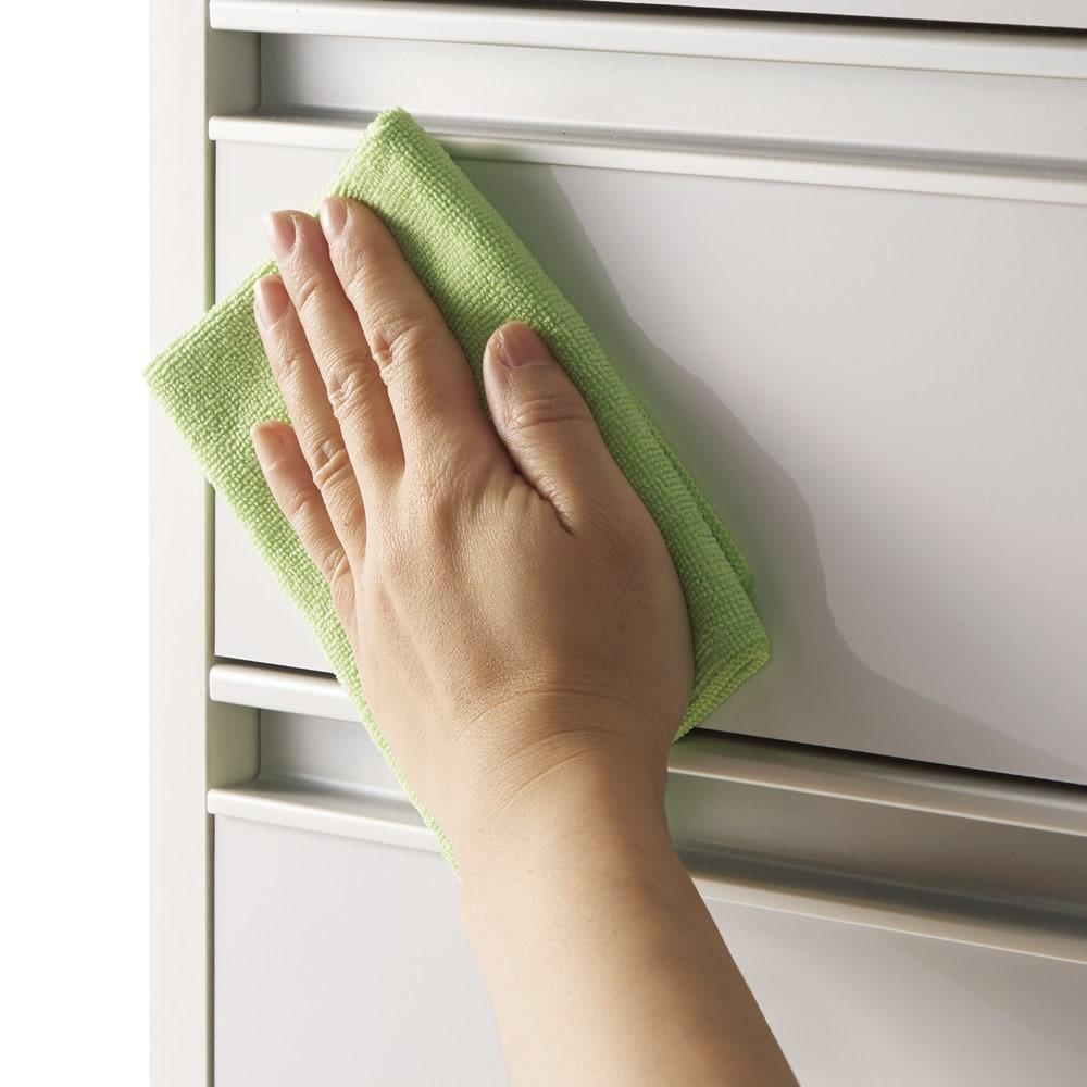 収納物が取り出しやすい3面オープンすき間収納庫 幅15cm 引き出し前面は光沢仕上げでお手入れ簡単。