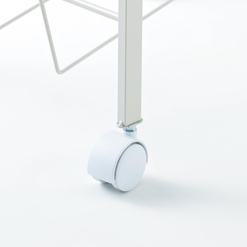 洗濯物の仕分けに便利 大きなバスケットのランドリーワゴン 3段 脚部キャスター取り付け例。掃除の際に移動がラクラクできます。