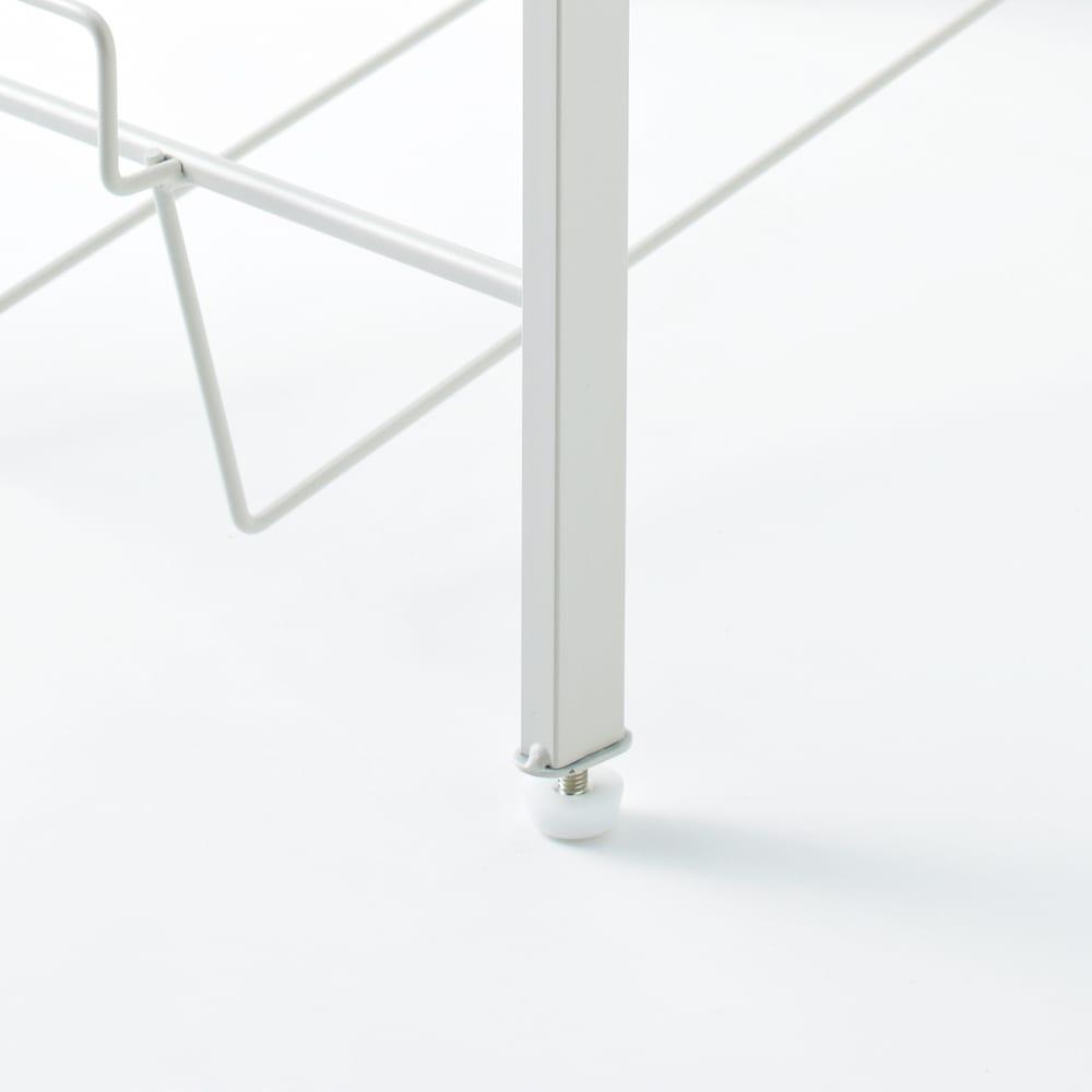 洗濯物の仕分けに便利 大きなバスケットのランドリーワゴン 4段 脚部アジャスター取り付け例。洗面所の柔らかい床でも調整できます。
