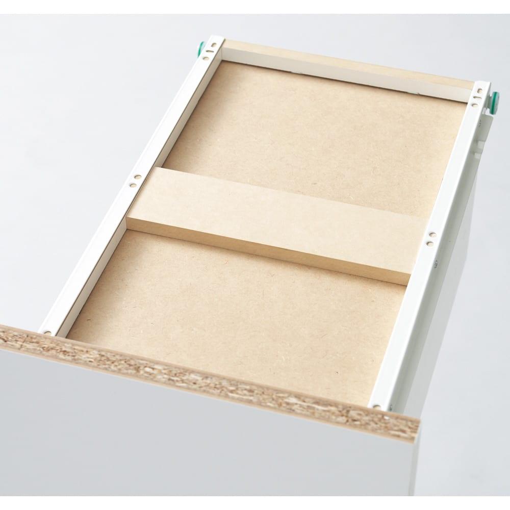 引き出し内部・背面化粧 キャスター付きホワイトチェスト 幅15cm 最下段の引き出しは補強材で底板の強度をアップ。重たいボトル洗剤もたっぷり収納できます。