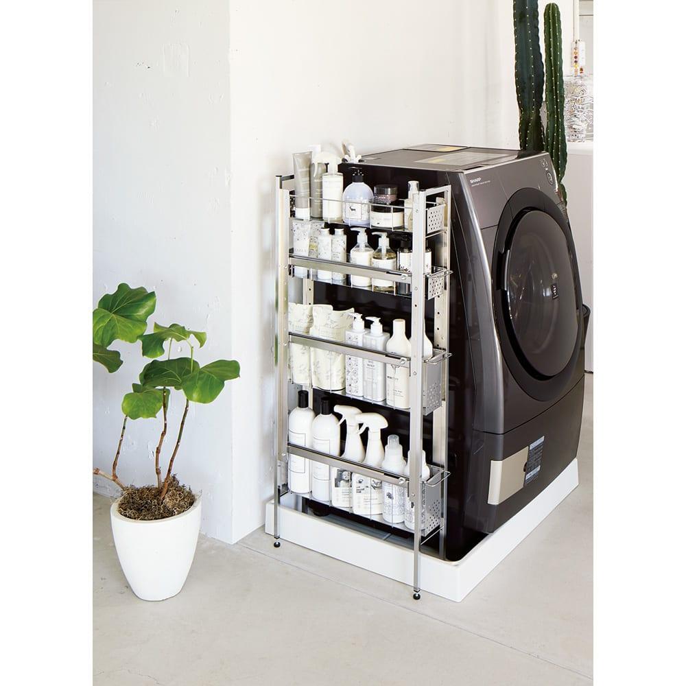 ステンレス洗濯機サイドラック 3段 幅17.5cm高さ80.5cm 使用イメージ 脚部アジャスター付きで約4cmまでの段差に対応できます。 ※写真は4段 幅14.5高さ103.2cmタイプです。