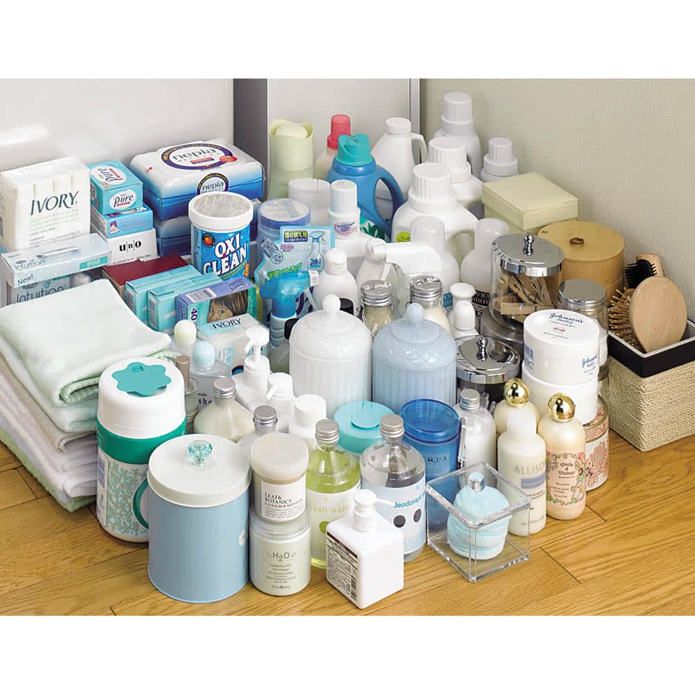 豊富なサイズから選べる 光沢仕上げすき間収納庫 幅30cm・奥行55cm 幅30cm、奥行55cmタイプには、洗剤ボトルやストック、コスメ、ヘアケア用品など、収納場所に困っていた生活雑貨がこんなにたくさん収納できます。