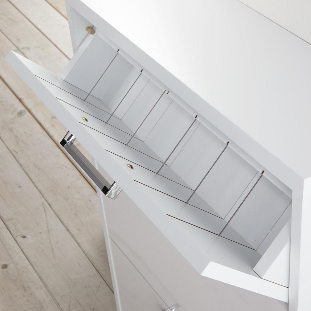 薄型フラップ収納チェスト 幅89cm・奥行19cm 上段の仕切り板は透明です。収納しずらい綿棒やメイク用品などを整理しながら収納できます。