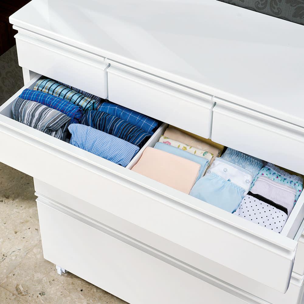 取っ手まで真っ白で美しい キャスター付きホワイトチェスト 幅75奥行30cm (2段目)仕切りで仕切って家族それぞれの下着類を。