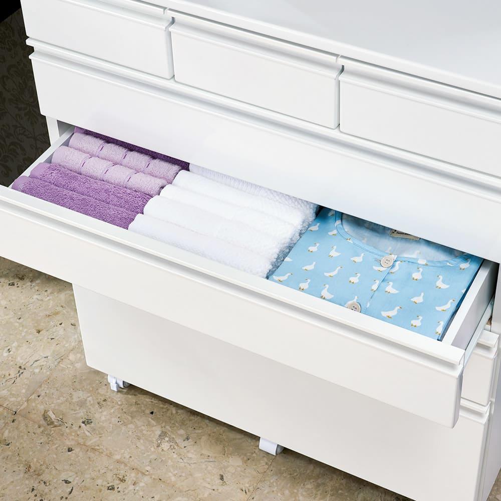 取っ手まで真っ白で美しい キャスター付きホワイトチェスト 幅60奥行45cm (3・4段目)タオルやパジャマなどかさばるものも収納。