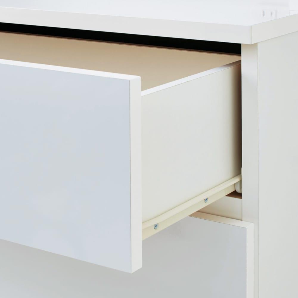 家電が使えるコンセント付き 多機能洗面所チェスト 幅30cm 引き出しはスライドレール付き。奥の物も取り出しやすいのがうれしいポイントです。