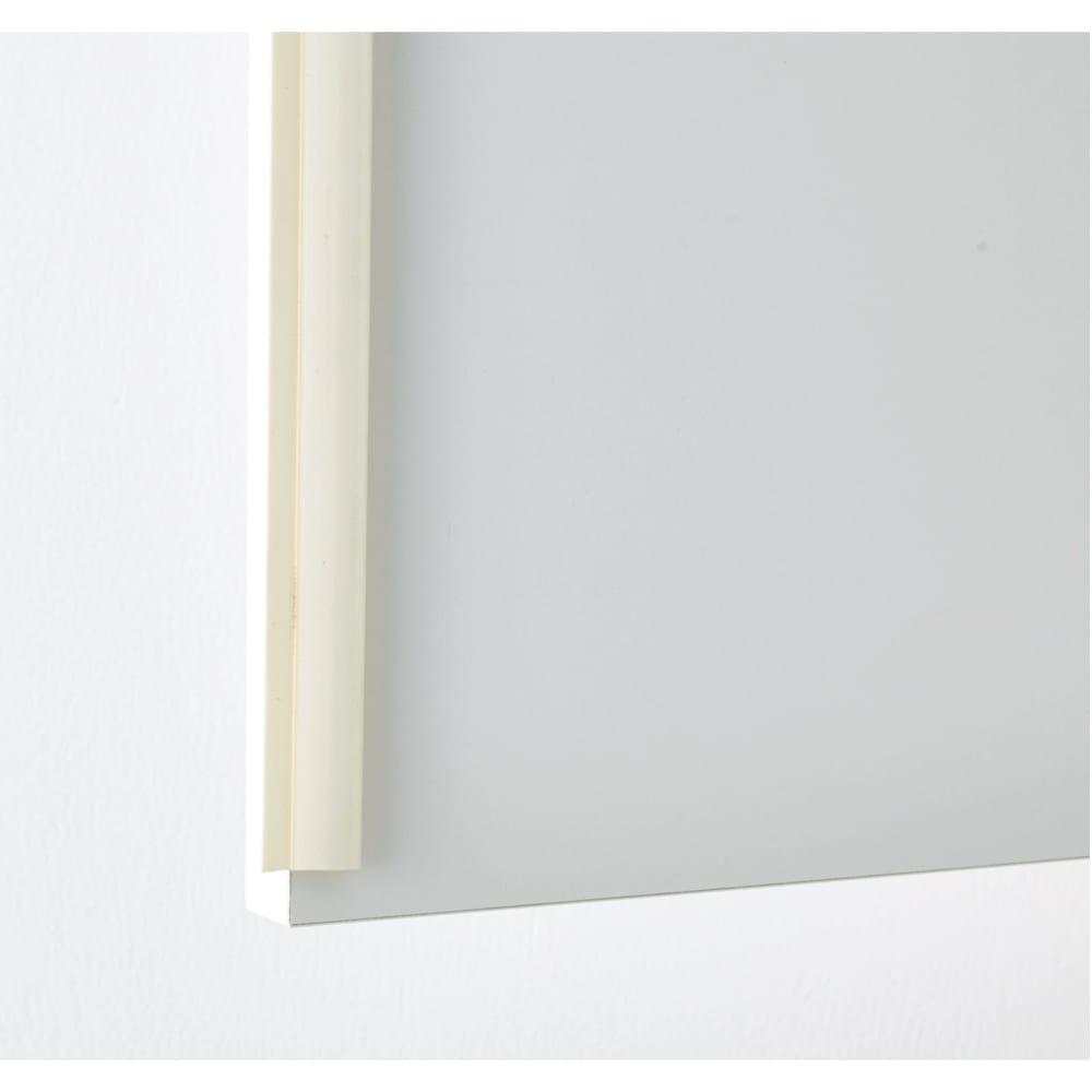 家電が使えるコンセント付き 多機能洗面所チェスト 幅45cm 上部の扉にはホコリが入りにくい防塵フラップを採用。収納物にやさしい仕様です。