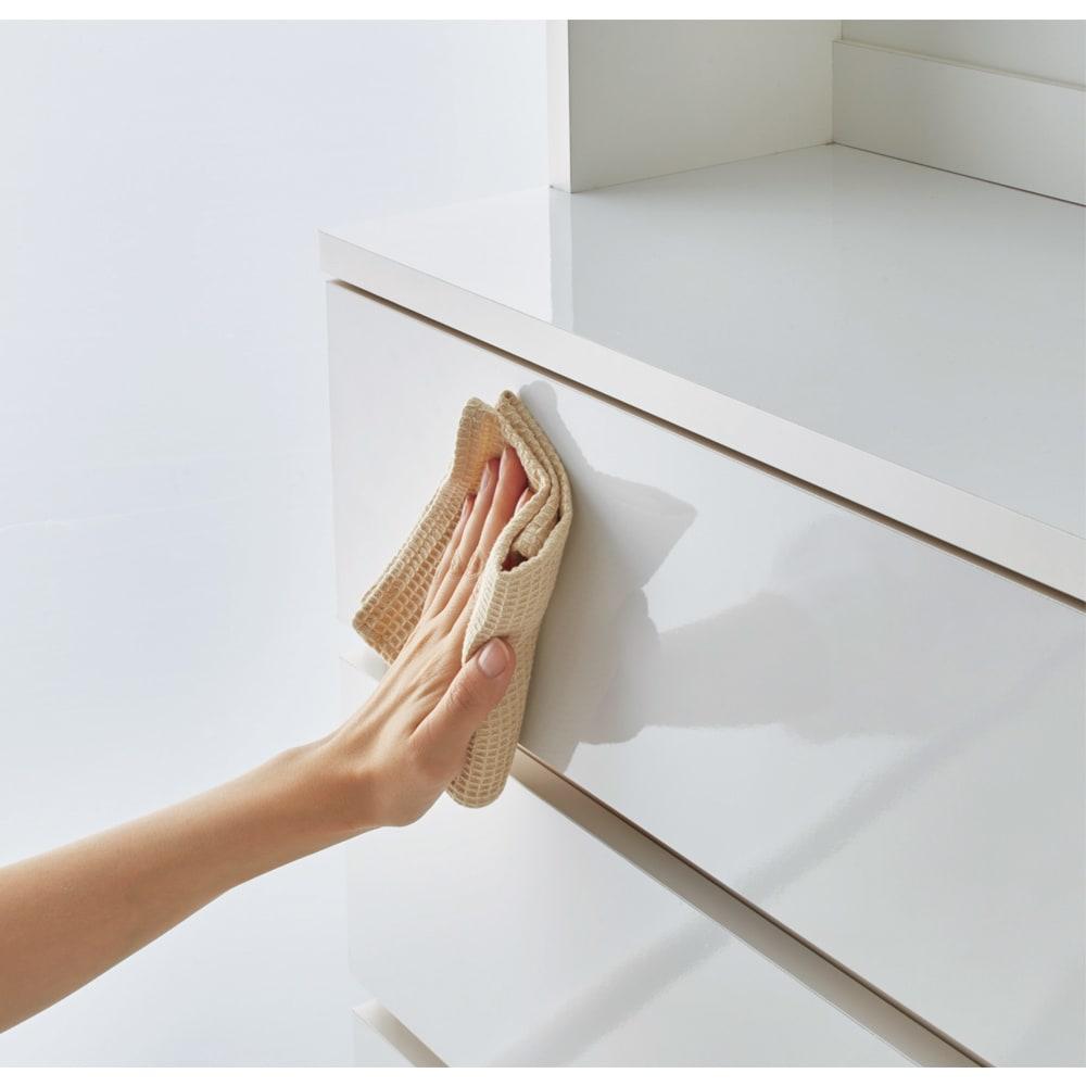 家電が使えるコンセント付き 多機能洗面所チェスト 幅75cm 前面と中天板は汚れに強く、お手入れ簡単なポリエステル化粧合板を使用しています。