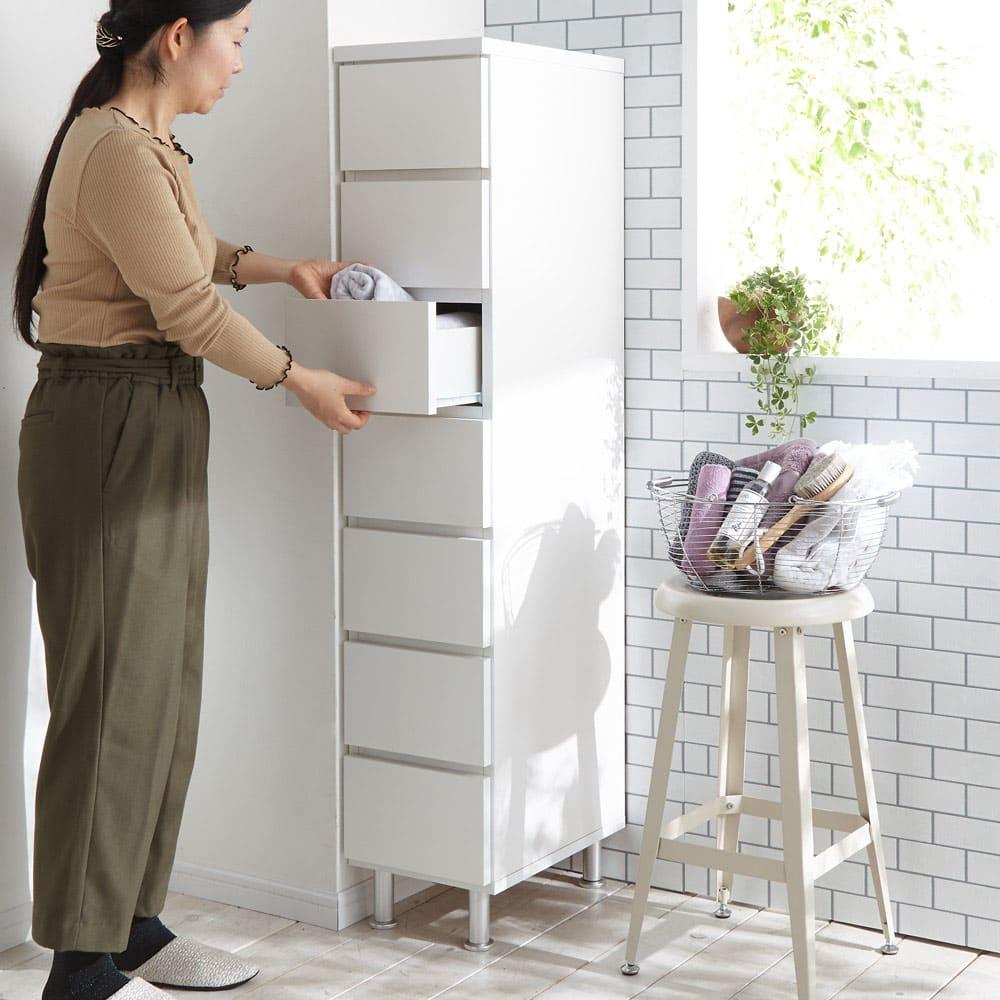 組立不要 お掃除しやすい 湿気も気にならない 多段すき間チェスト 7段・幅44.5奥行29.5cm 高さ147.5cmは女性の目線サイズなので引き出しが取り出しやすく、空間に圧迫感を与えません。