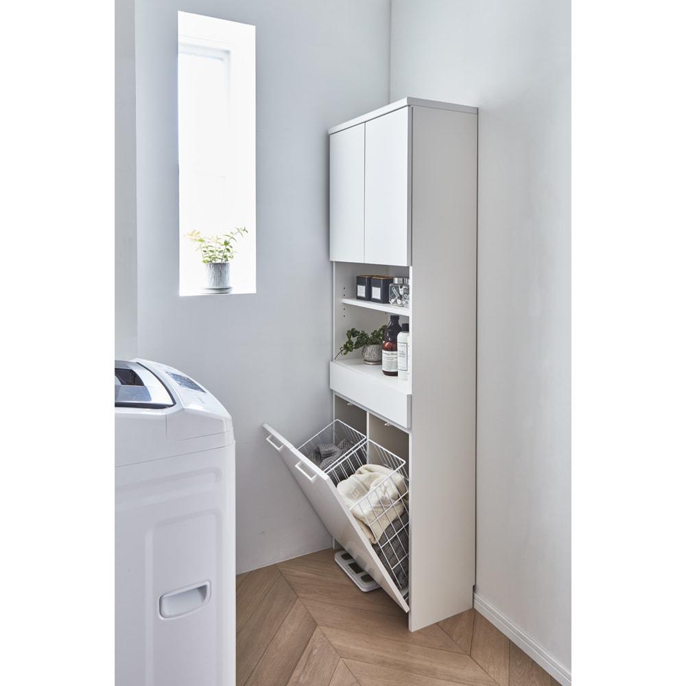 隠せる脱衣カゴ付きサニタリー収納庫 幅31cm カゴ小1個 使用イメージ 奥行30cmの薄型だから、狭い洗面所にも圧迫感なく置けます。 ※写真は幅60cm(カゴ小2個)タイプです。