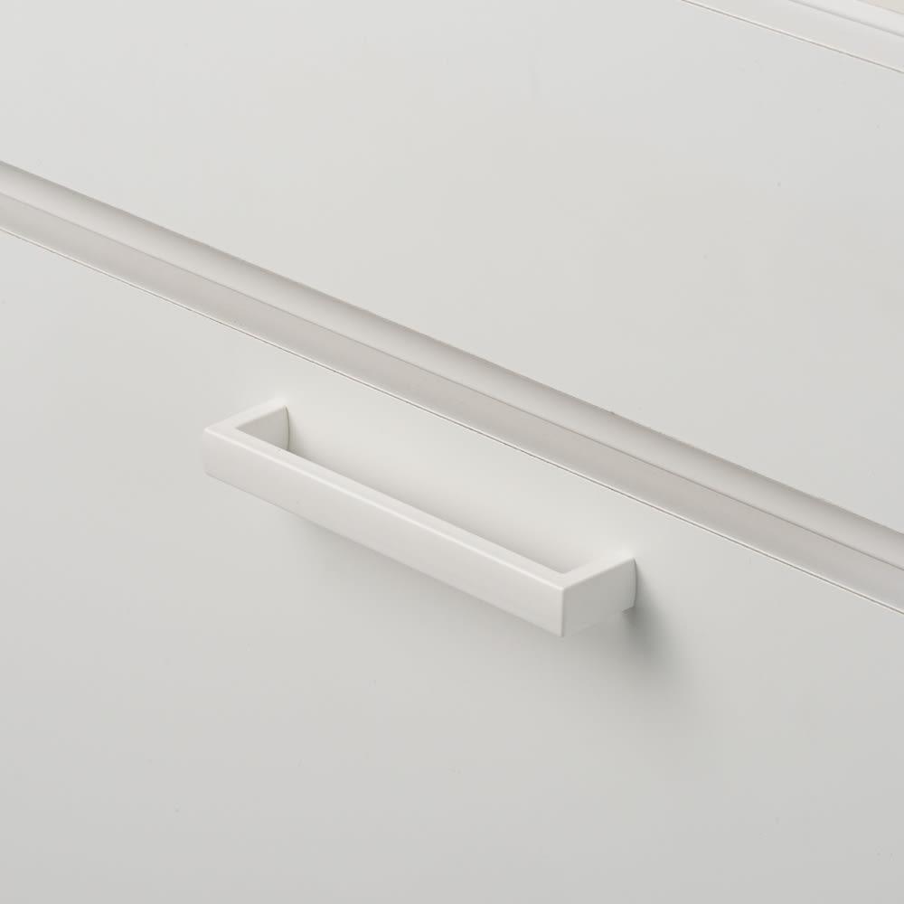 隠せる脱衣カゴ付きサニタリー収納庫 幅31cm カゴ小1個 フラップ扉には手がかけやすい取っ手付き。