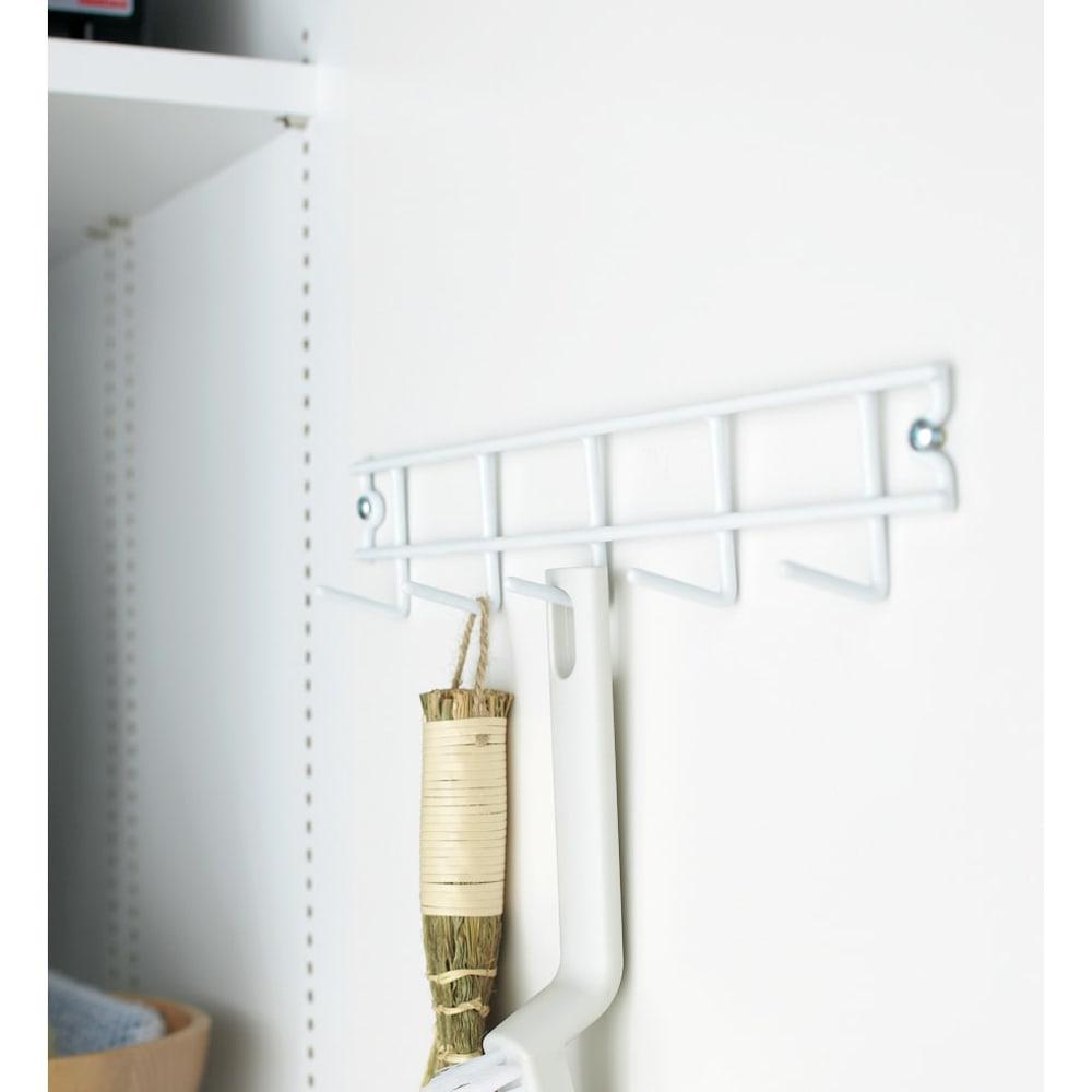 組立不要 光沢仕上げ たっぷりハウスキーピング収納庫 幅45cm・奥行55cm 扉内側にモップなどの収納に便利なフック付きです。